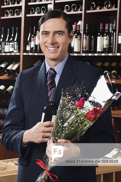Blumenstrauß Strauß Geschäftsmann Blume Wein halten Flasche