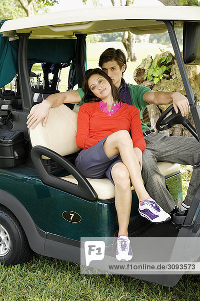 Paar sitzen in einem Golf-Cart  Biltmore Golf Course  Coral Gables  Florida  USA