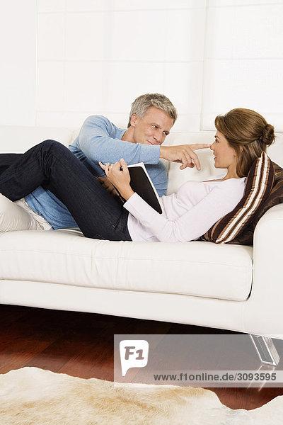 Mann Frau berühren Couch