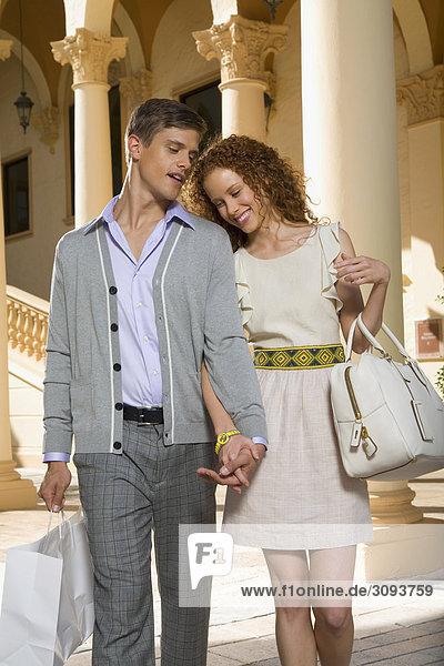 Paar hält Einkaufstaschen und Lächeln  Biltmore Hotel  Coral Gables  Florida  USA
