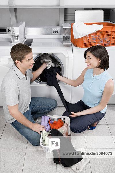 Paar in ein Waschsalon