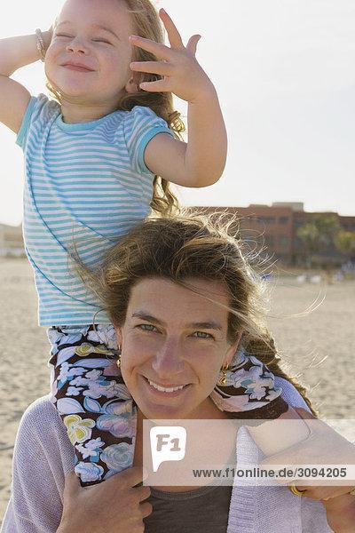 Frau trägt ihre Tochter auf ihre Schultern  Cabo San Lucas  Mexiko
