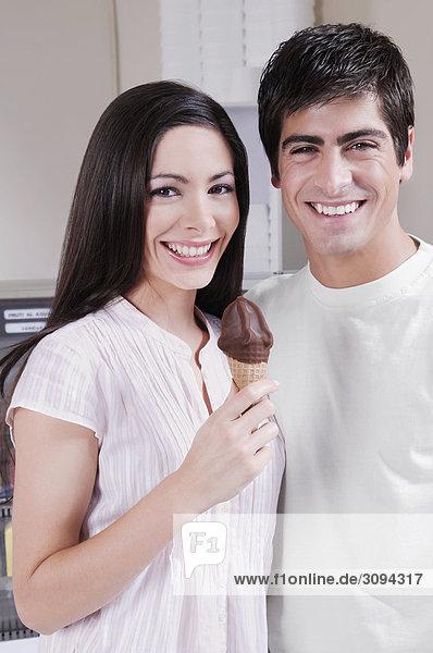 Frau hält ein Eis und ständigen mit einem Mann