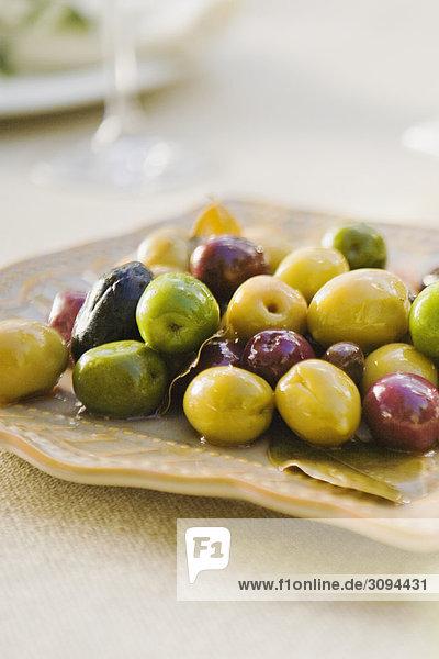 Nahaufnahme der Oliven auf einem Tablett