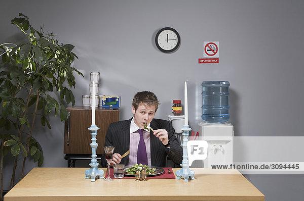 Portrait Geschäftsmann Büro Mittagessen