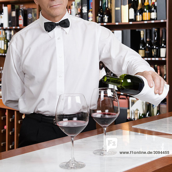 eingießen einschenken Wein Rotwein Kellner eingießen,einschenken,Wein,Rotwein,Kellner