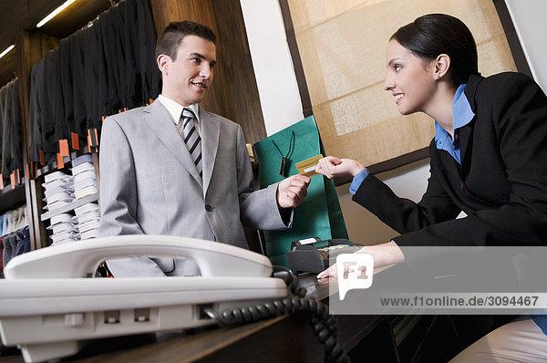 Zahlung per Kreditkarte in einem Geschäft Geschäftsmann