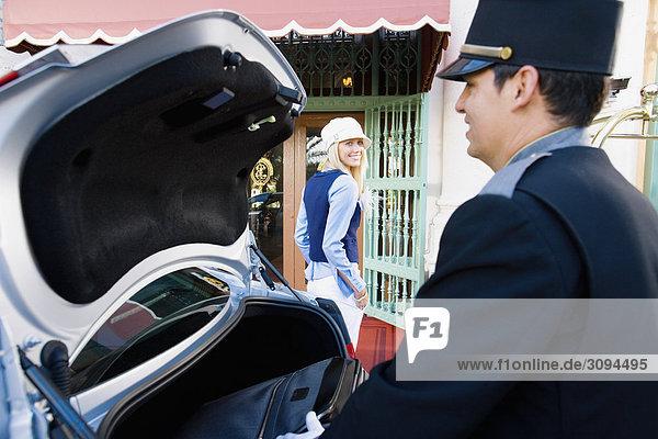 Hotel Porter Durchführung Gepäck von einem Auto  Biltmore Hotel  Coral Gables  Florida  USA