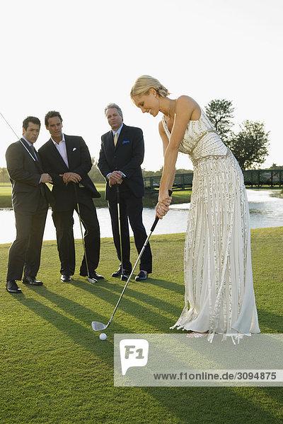 Braut spielen Golf und drei Männer beobachtete sie  Biltmore Golf Course  Coral Gables  Florida  USA