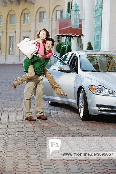 Mann seine Frau piggyback ritt einzuräumen und Lächeln  Biltmore Hotel  Coral Gables  Florida  USA