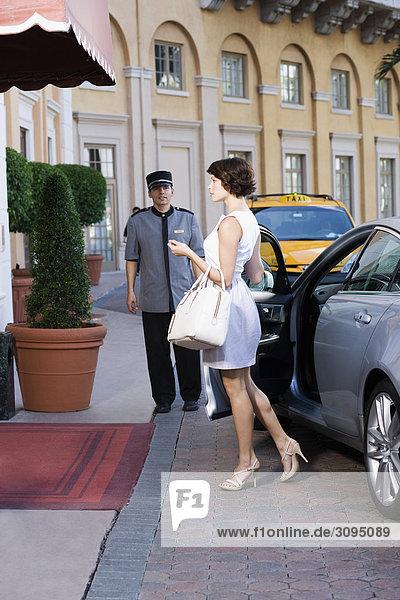 Vereinigte Staaten von Amerika USA nebeneinander neben Seite an Seite Frau Auto Hintergrund Hoteldiener rauskommen Coral Gables Florida