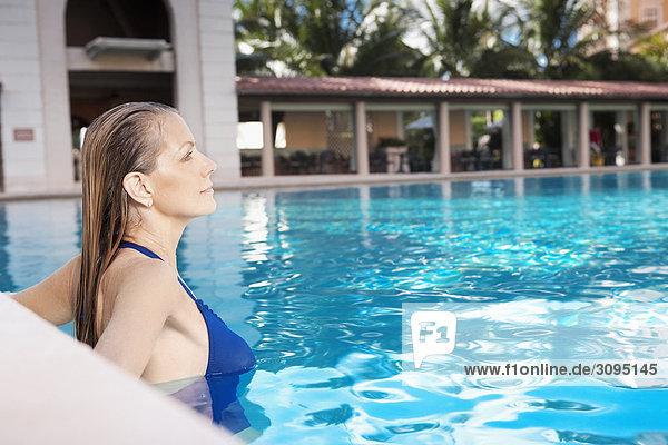 Vereinigte Staaten von Amerika USA Coral Gables Florida Frau in Schwimmbad