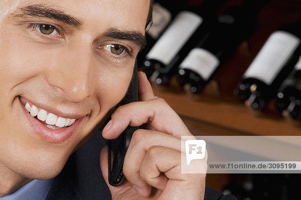 Kaufmann sprechen auf einem Handy in einer bar