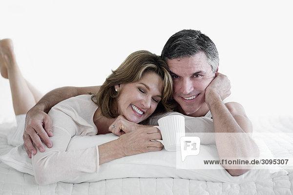 liegend liegen liegt liegendes liegender liegende daliegen lächeln Bett