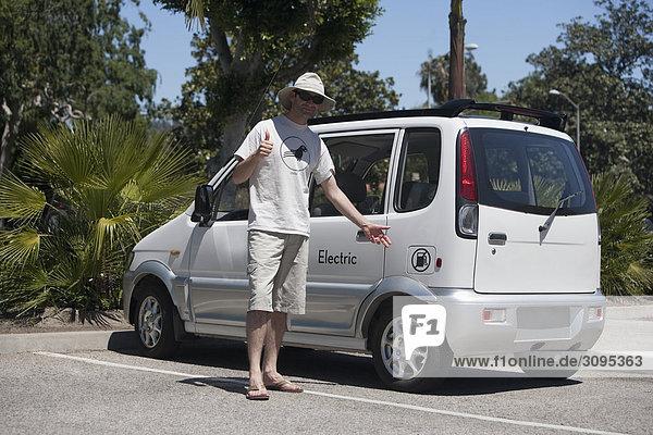Vereinigte Staaten von Amerika USA nahe stehend Mann Auto Elektrische Energie Kalifornien Los Angeles