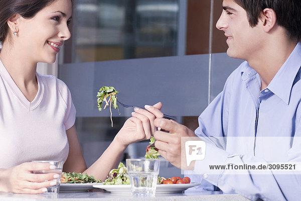 Nahaufnahme von einem Paar eating Salad in einem restaurant