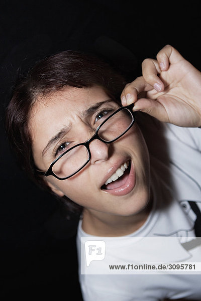 Nahaufnahme einer Frau hält Brillen und lächelnd