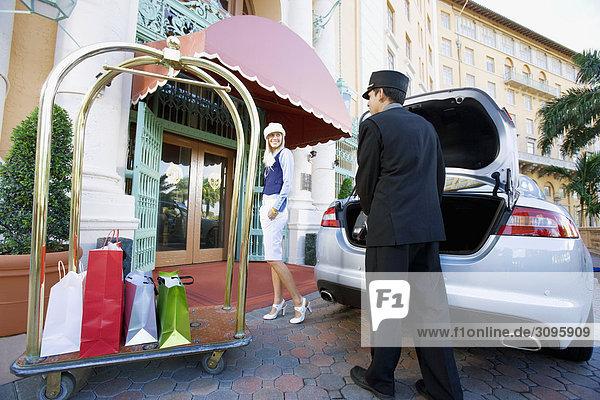 Hotel Porter Durchführung Gepäck von einer Frau  Biltmore Hotel  Coral Gables  Florida  USA
