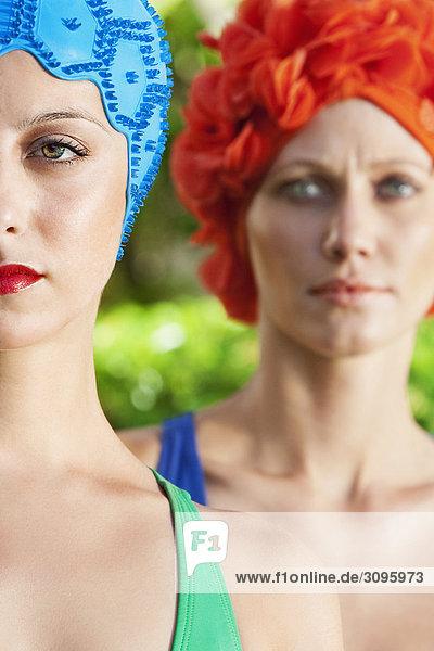 Nahaufnahme von zwei Frauen tragen schwimmen Caps  Biltmore Hotel  Coral Gables  Florida  USA