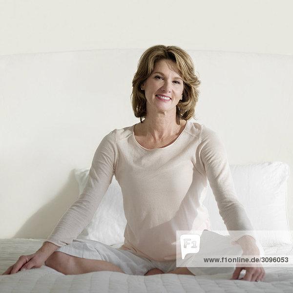 Frau Bett üben Yoga