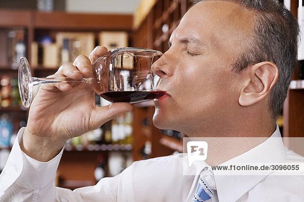 Kaufmann tasting Wein in einem Keller