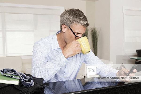 Handy Mann Text Kurznachricht trinken Kaffee