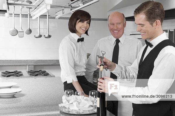 aufmachen Wein Flasche Kellner