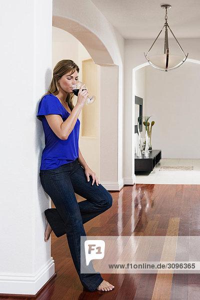 Frau Rotwein trinken