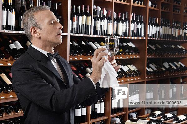 Kellner Polieren eines Weinglas