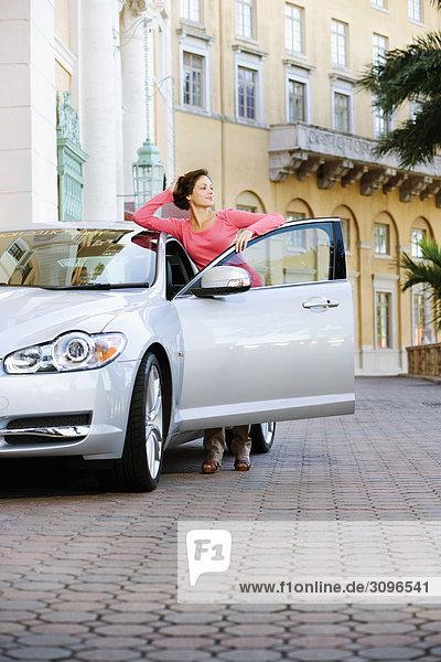 Frau gegen ein Auto gestützt und denken  Biltmore Hotel  Coral Gables  Florida  USA
