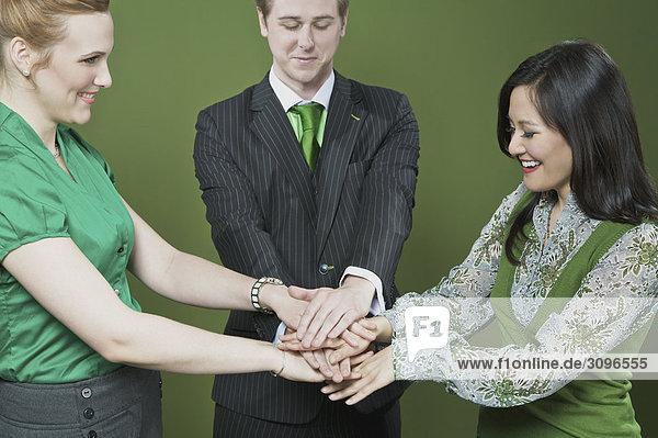 Geschäftsleute Hände aufeinander stapeln