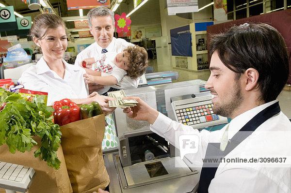 Kunden auf Checkout-Zähler in einem Supermarkt