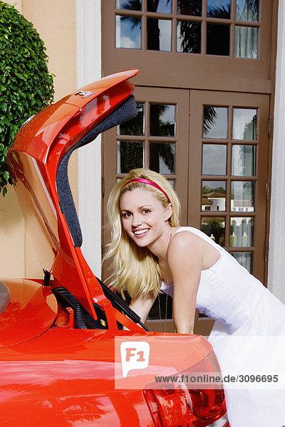 Frau gegen ein Auto gestützt und Lächeln  Biltmore Hotel  Coral Gables  Florida  USA