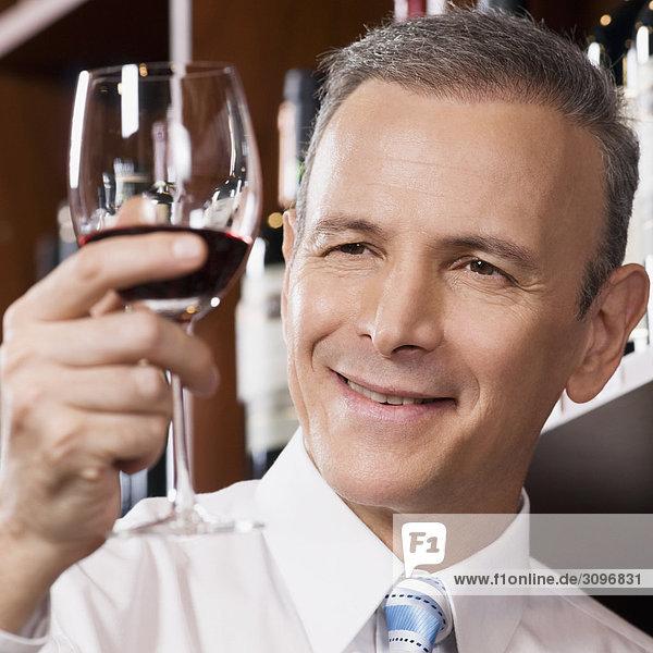 Unternehmer hält eines Weinglas