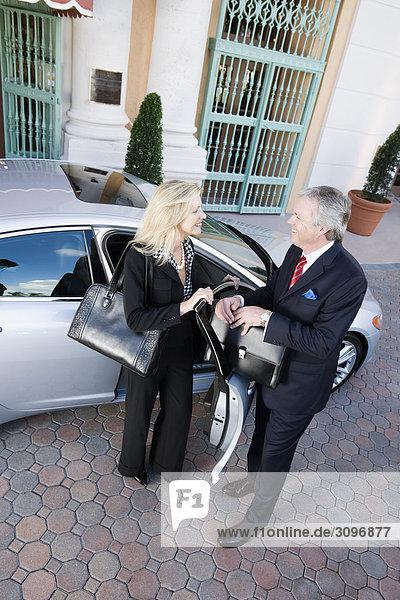 Zwei Geschäftsleute Blick auf einander und Lächeln  Biltmore Hotel  Coral Gables  Florida  USA