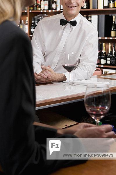Geschäftsfrau Glas Wein halten