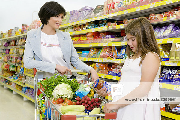 Frau mit ihrer Schwester einkaufen im Supermarkt