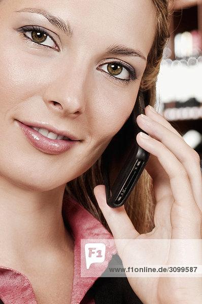 Geschäftsfrau Gespräch auf einem Handy in einer bar