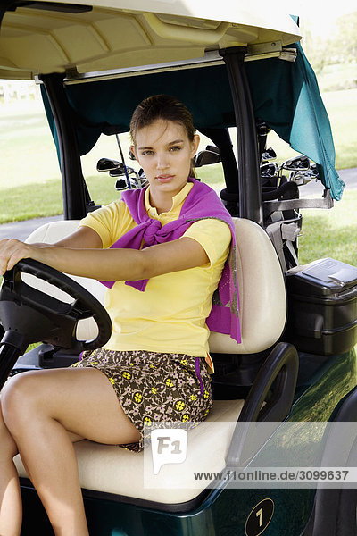 Portrait eines Teenagerin sitzen in einem Golf-Cart  Biltmore Golf Course  Coral Gables  Florida  USA