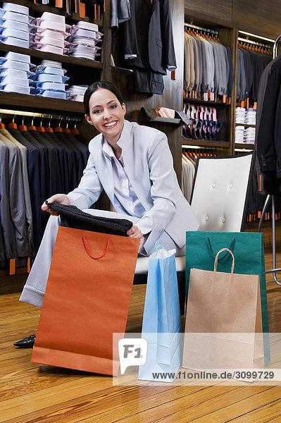 Portrait einer Frau hält Einkaufstaschen