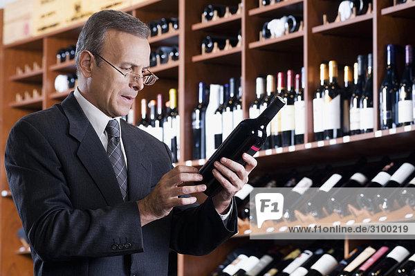 Kaufmann lesen die Beschriftung auf einer Weinflasche