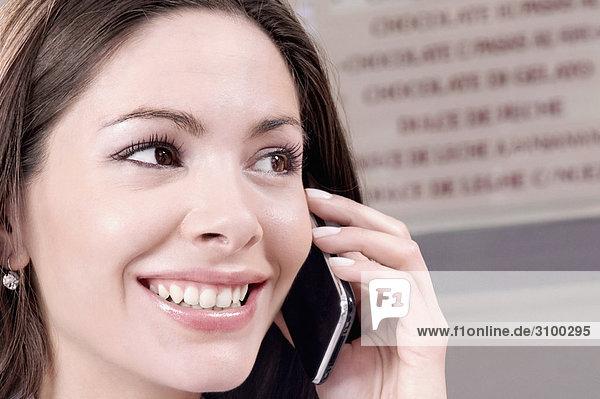 Nahaufnahme einer Frau Gespräch auf einem Mobiltelefon