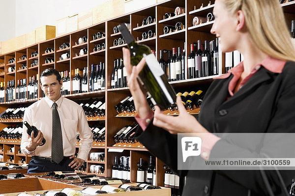Zwei Geschäftsleute Auswahl Weinflasche