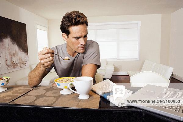 Mann Frühstück Zeitung vorlesen