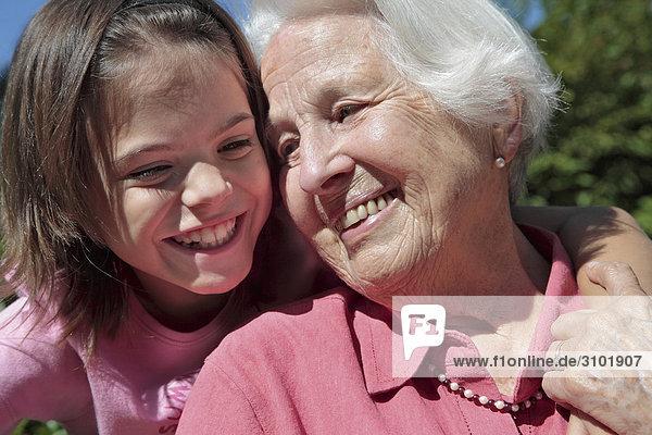 Großmutter mit Enkelin  lachen  Porträt