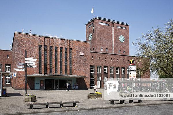 Haupbahnhof und Willy-Brand-Platz  Oberhausen  Nordrhein-Westfalen  Deutschland