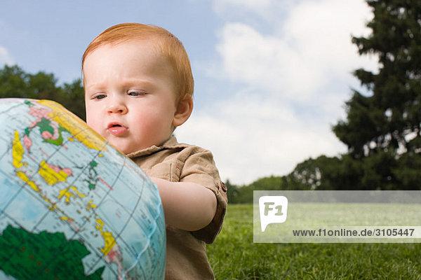 Baby mit aufblasbarer Kugel
