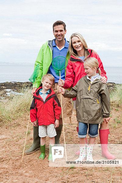 Familie an der Küste mit Fischernetzen