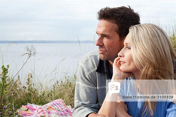 Paar im Freien mit Blick auf das Meer
