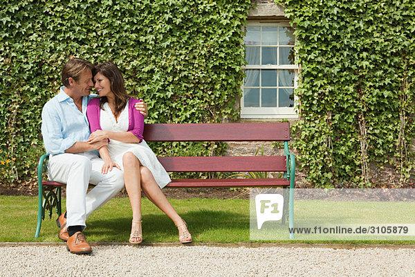 Glückliches Paar auf der Bank